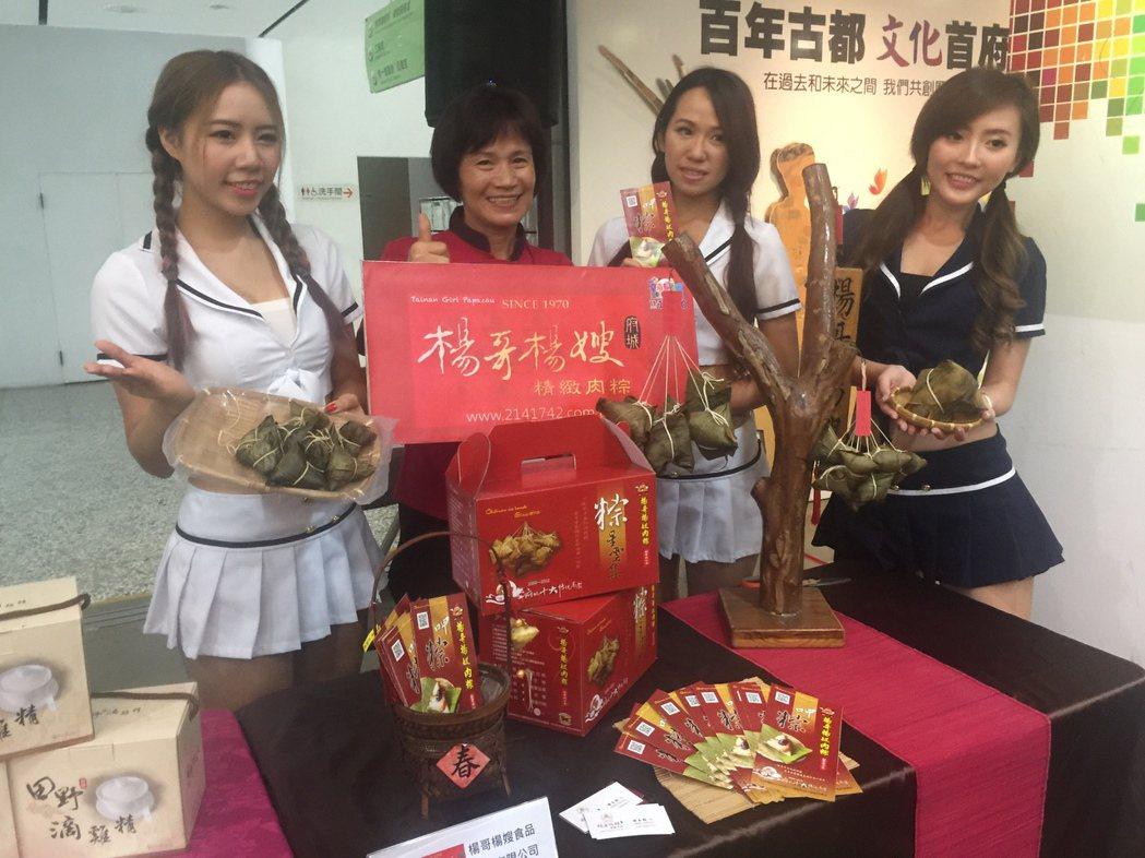 台南購物節11月11日登場,請來辣妹助陣宣傳。記者吳政修/攝影