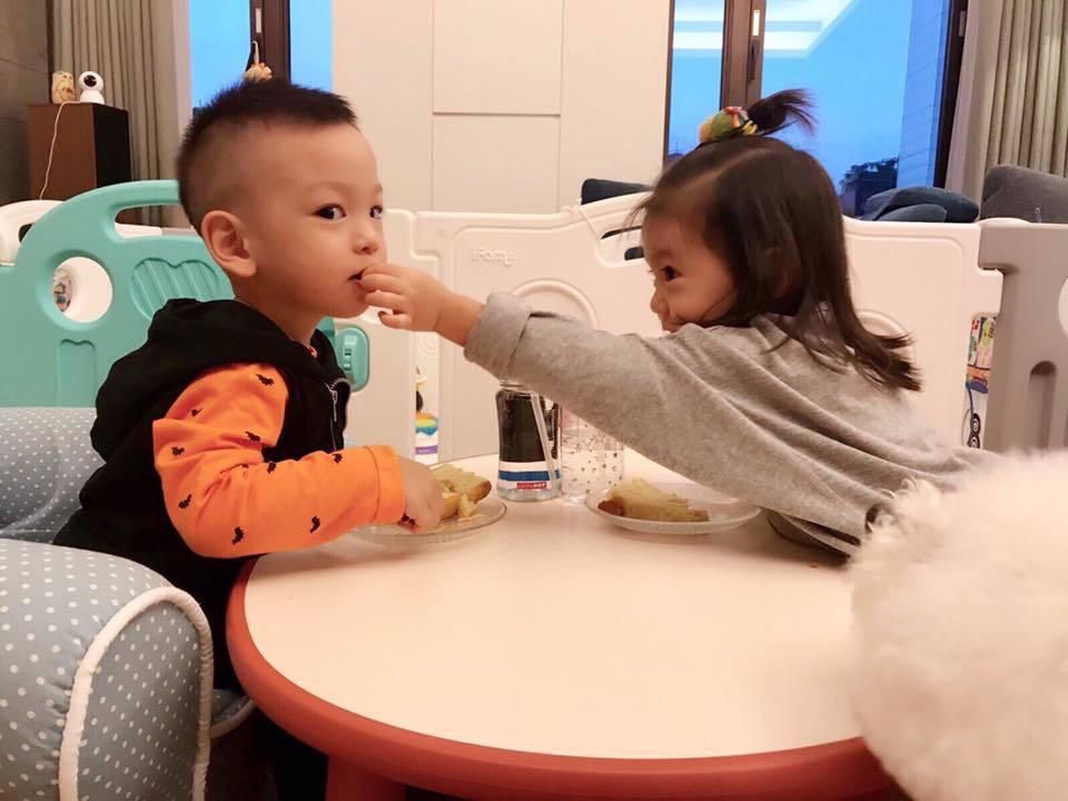 咘咘(右)和Dalton上演餵食秀。圖/摘自臉書