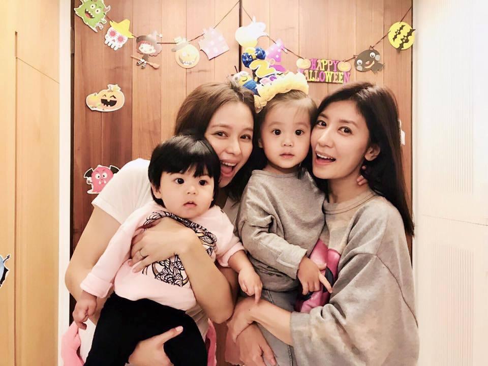 徐若瑄(左)回台拜訪賈靜雯一家人。圖/摘自臉書
