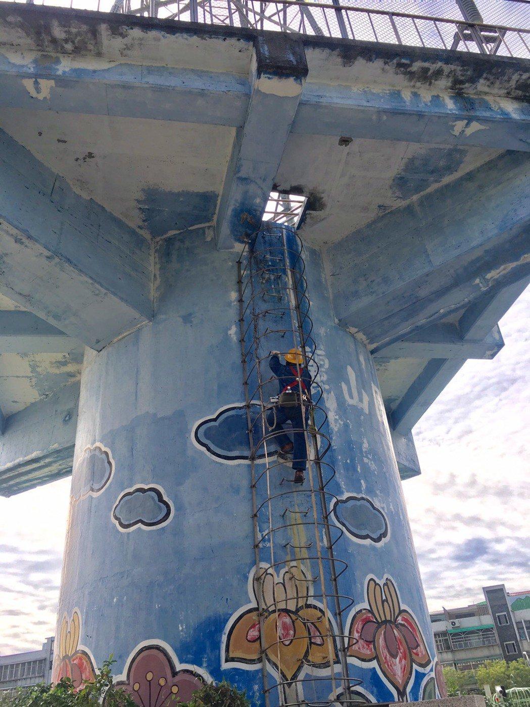 麗山國小電塔佇立校園三十年,今天動工移除。創意家提供