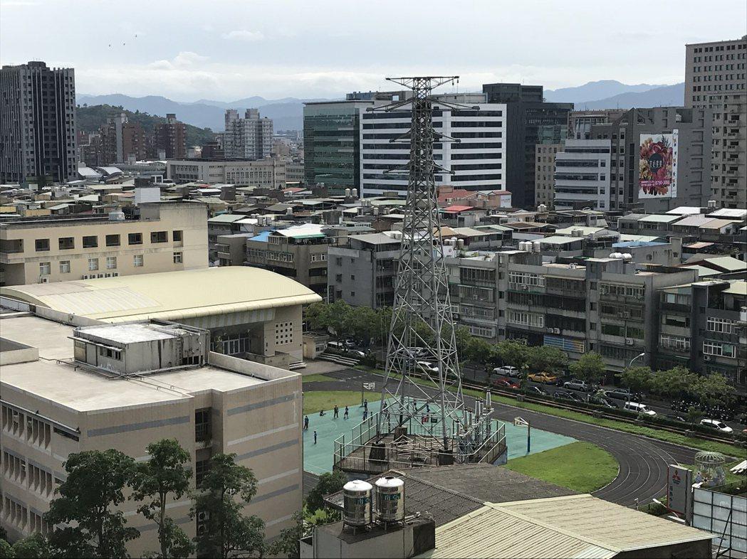 麗山國小電塔佇立校園三十年,今天動工移除。記者游智文/攝影