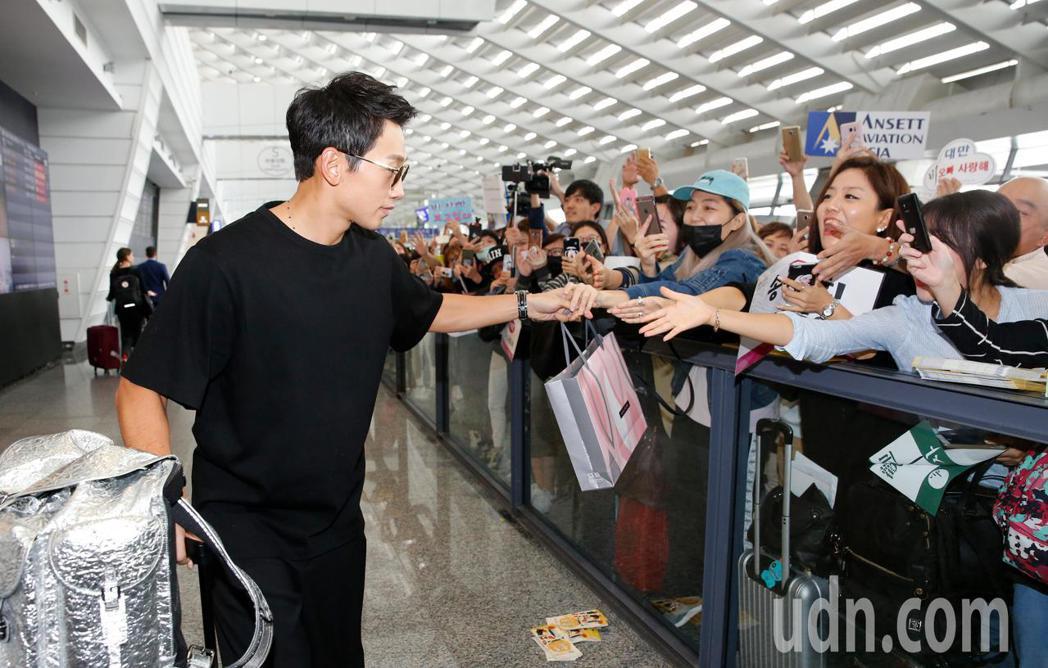 才升格當爸爸的韓星Rain等中午抵台,Rain走進入境大廳時,還主動走向粉絲跟他...