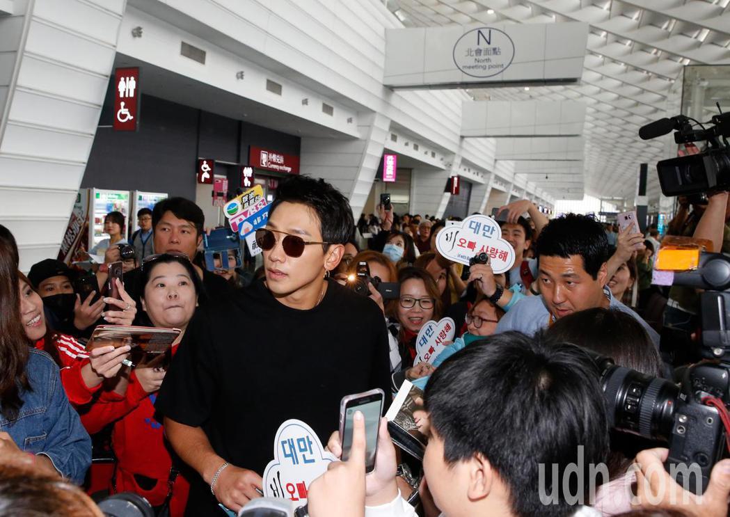 才升格當爸爸的韓星Rain等中午抵台,Rain走進入境大廳後,粉絲與媒體將通道擠...