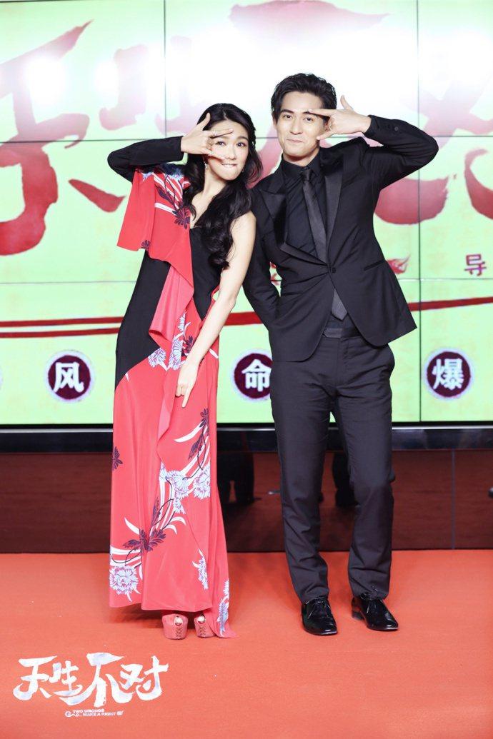 喜劇愛情新片「天生不對」5日在北京舉行首映,男女主角周渝民與薛凱琪出席。圖/摘自...