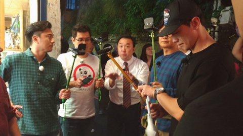 Rain 6日和鄭亨敦、金勇萬、金成柱、安貞煥一起抵台,為了韓國綜藝節目「團結才能火」來台灣錄影。下午Rain帶著墨鏡,穿著一身黑衣勁裝入境,在機場早就有上百粉絲守候,一看到他瞬間放聲尖叫。他先獨自...