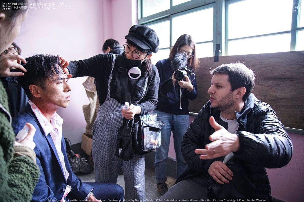 莊凱勛(左)與導演文二北投合作「伊菲基妮亞之夜」。圖/公視提供