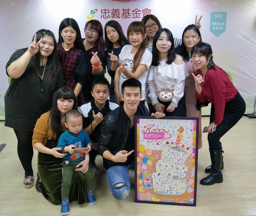 JR(前右)與粉絲共同慶生。圖/天晴音樂提供