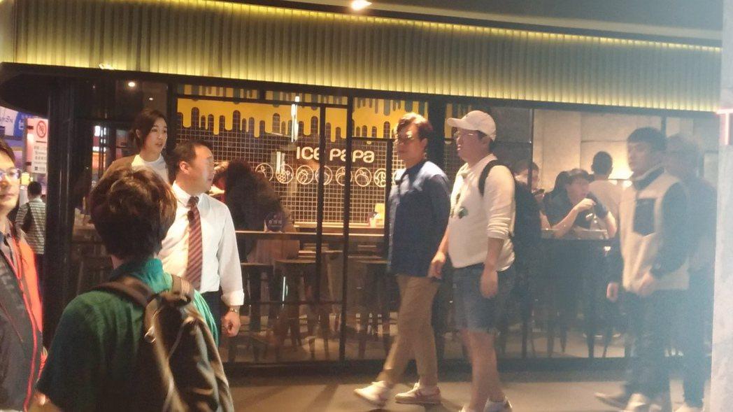 鄭亨敦和金成柱吃飽步出店外。圖/讀者提供