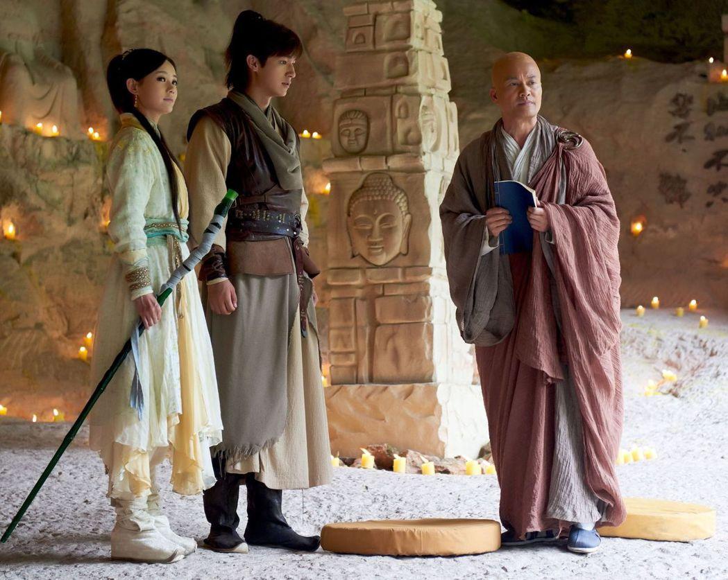 呂良偉(右起)與飾演郭靖黃蓉的楊旭文、李一桐互動戲多。圖/中天提供
