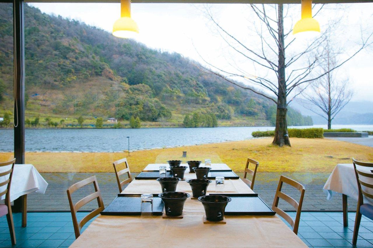 坐落於水月湖畔的水月花溫泉旅館,風景秀麗宜人。 圖/有行旅提供