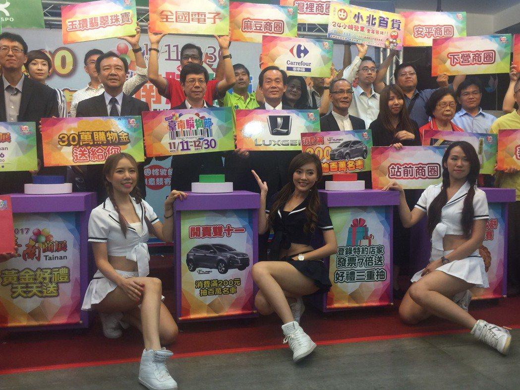 台南購物節宣傳,請來辣妹助勢。 記者吳政修/攝影