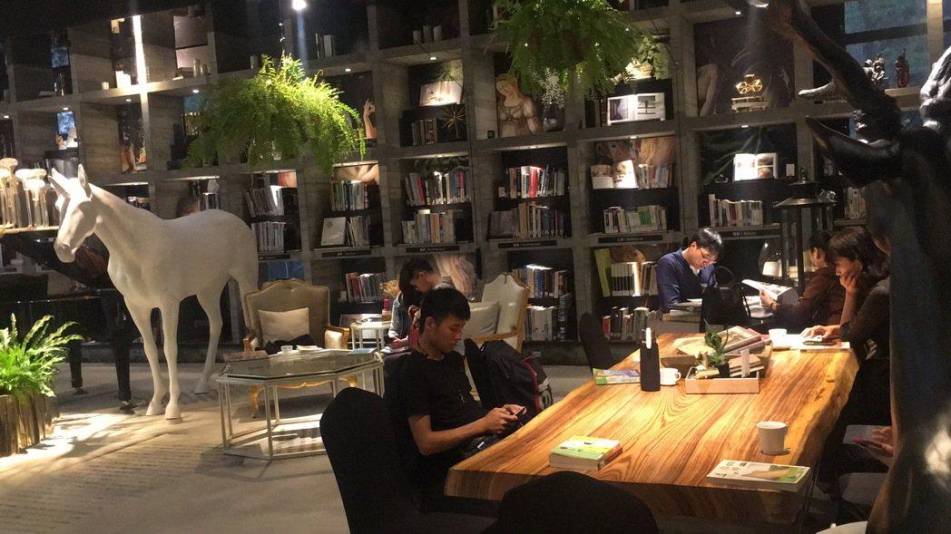 樂樂書屋燈光氣氛、擺設大器,打造優雅低調的閱讀空間。 記者陳秋雲/攝影