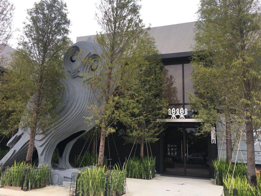 樂樂書屋大門兩層樓高的貓頭鷹很吸睛。 記者陳秋雲/攝影