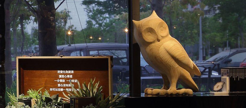 樂樂書屋在大門口與室內用不少貓頭鷹雕像,有智慧的象徵。 圖/樂樂書屋提供