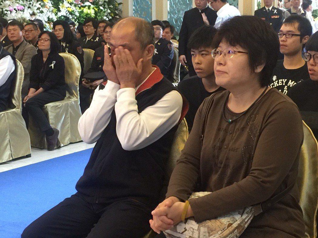 林永軒父親(左)不捨,掩面平復情緒。記者郭宣彣/攝影