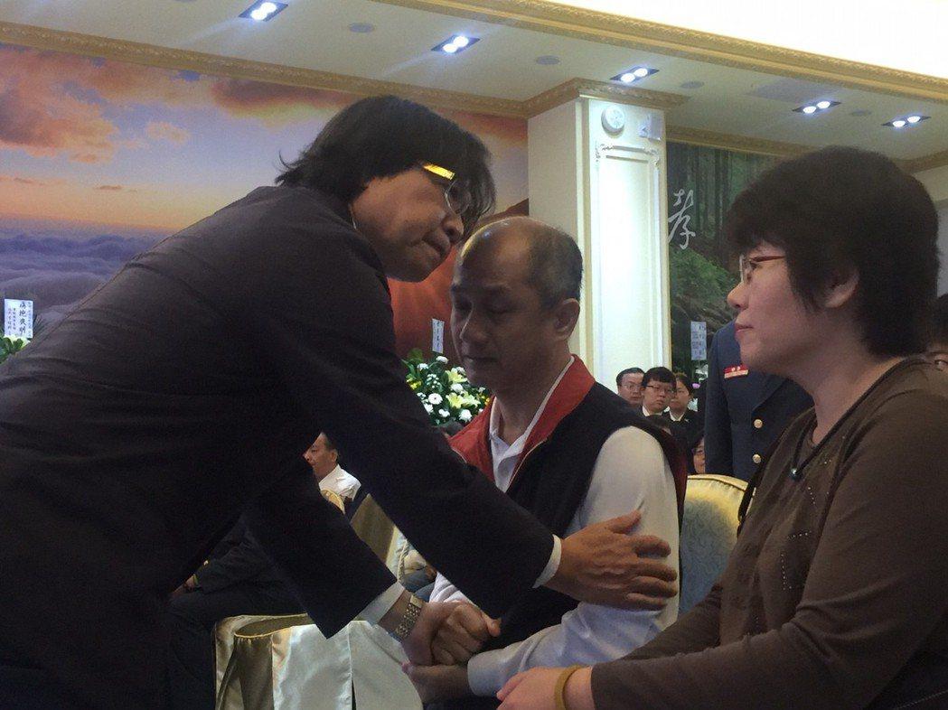 內政部長葉俊榮(左)到場弔唁,且向林永軒父母致哀。記者郭宣彣/攝影