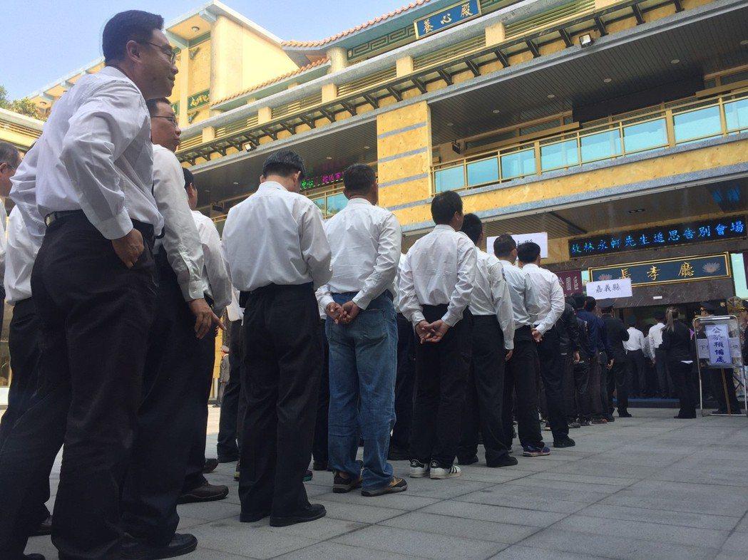 林永軒因公殉職,全台消防不少人員到場致哀。記者郭宣彣/攝影