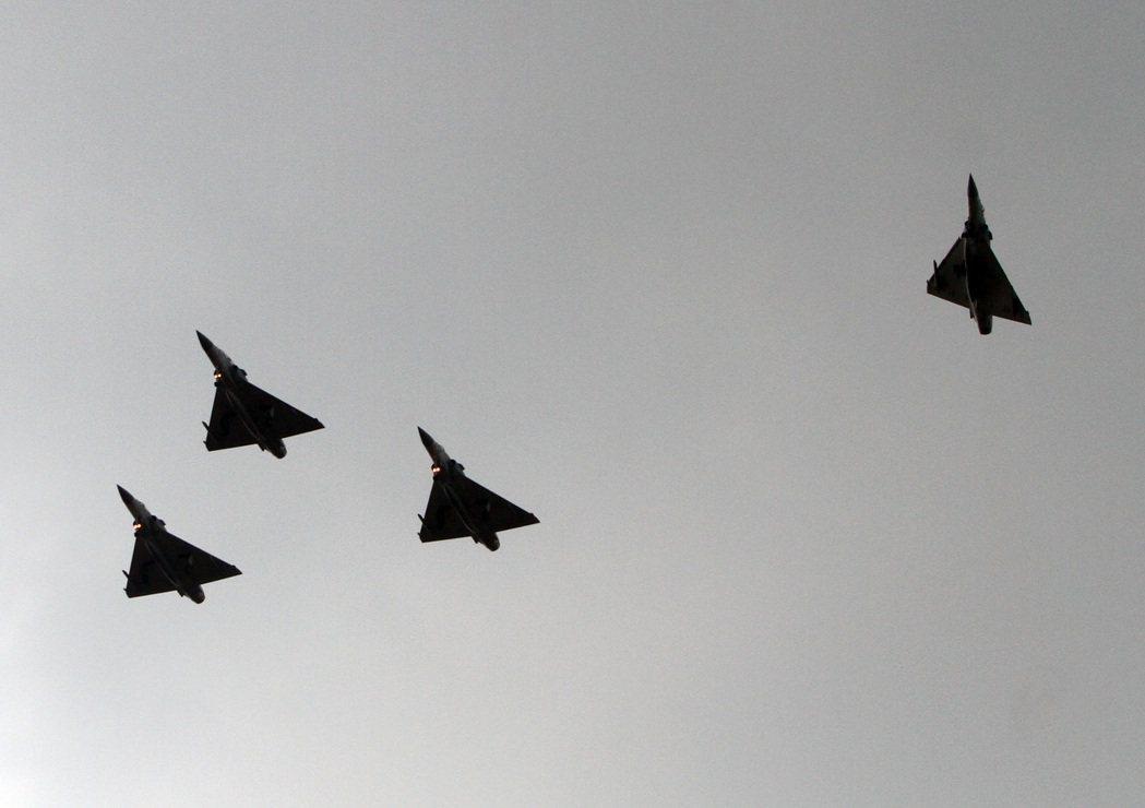空軍飛官上校王同義公祭典禮最後,由四架幻象戰機飛越天際,四號機脫離,向殉職王上校...