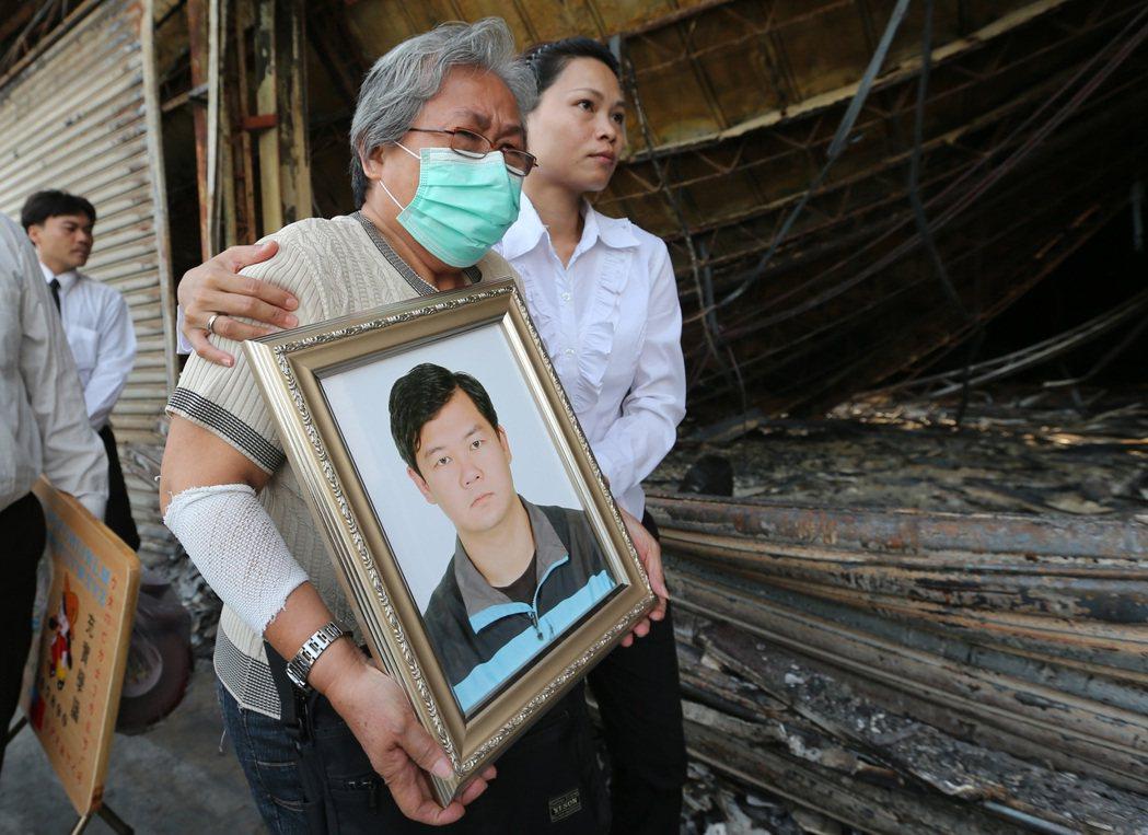 高雄市氣爆最年輕的罹難消防員莊政潔家屬,當時捧著遺照到出事現場招魂。本報資料照片