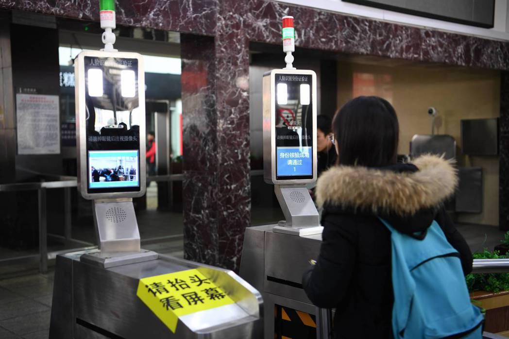 2017中國春運,長沙火車站首次運用人臉識別系統進行旅客的身份驗證。 中新社