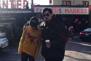 周杰倫最近除了陪愛妻昆凌到加拿大拍戲,兩人還抽空到西雅圖觀光,來到知名的市場,還有連鎖咖啡店的創始店,不過玩心大開的周董分享了一張夫妻倆的合照,還調戲說:「來嘛!跟哥拍一張」。周杰倫與昆凌來到西雅圖...