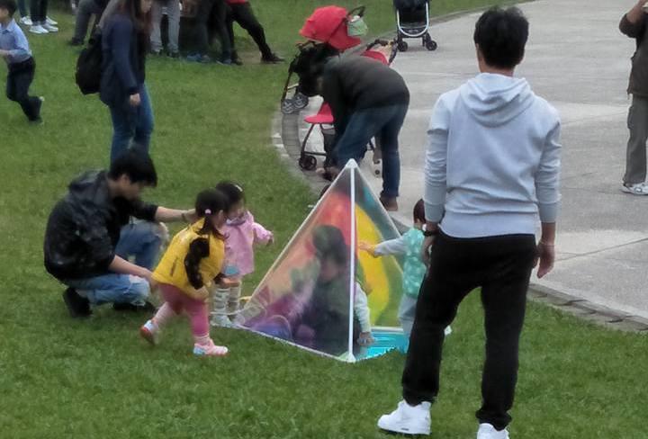 華山文創園區的裝置藝術品變成親子遊樂器材。 圖擷自爆料公社