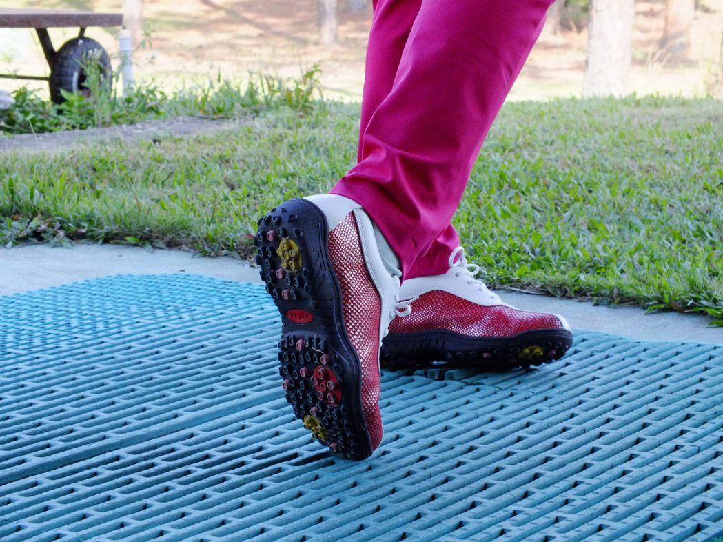 台灣高球好手羅世輝,發明「重心轉移結構」鞋,初學者3堂課就可學會。 業者/提供