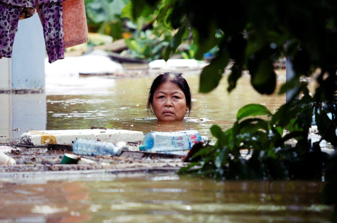 會安古鎮居民,無奈地困於洪水之中。 圖/路透社