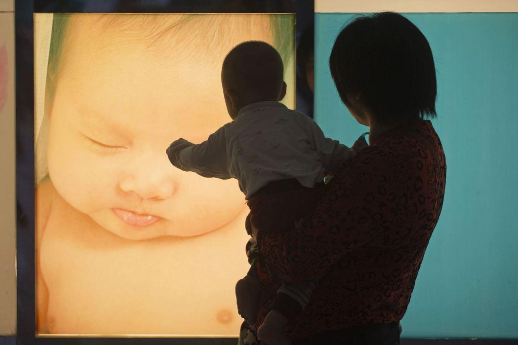 台灣社會對哺乳媽媽和職業婦女充滿敵意,不敢生小孩剛好而已。 圖/路透社