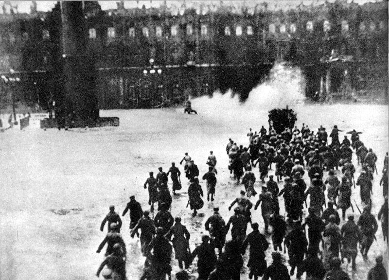 葉夫列伊諾夫的《突襲冬宮》,加入了觀眾重返歷史的體驗感,當勝利的時刻來臨,觀眾融...