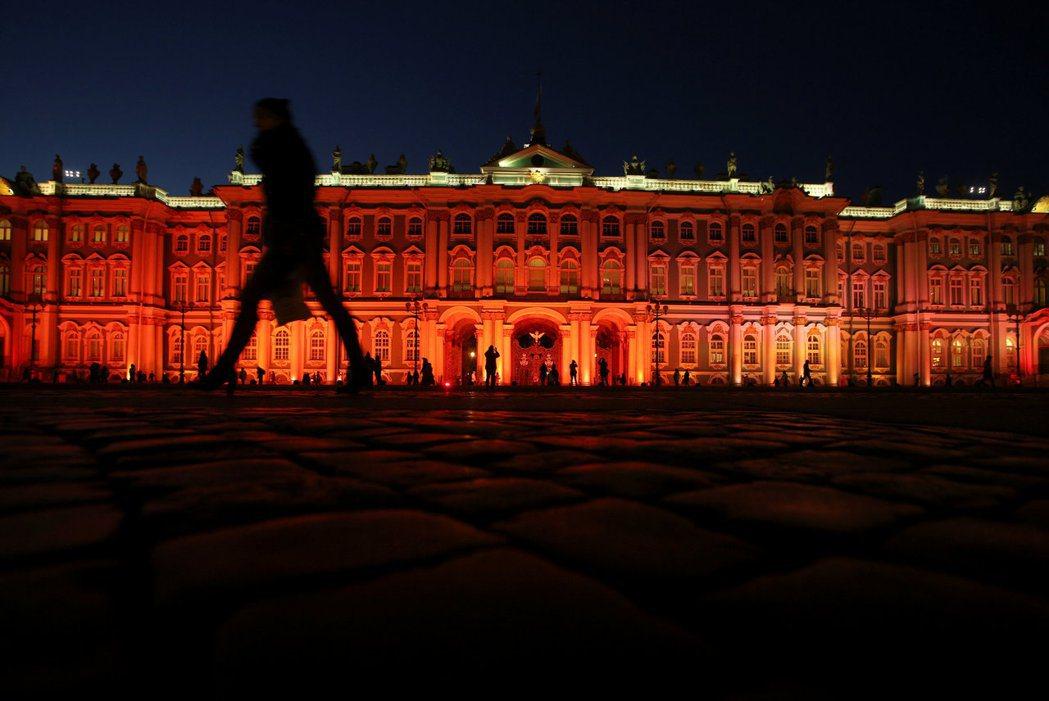 一百周年的冬宮,一片通紅。革命是否真的結束了? 圖/路透社