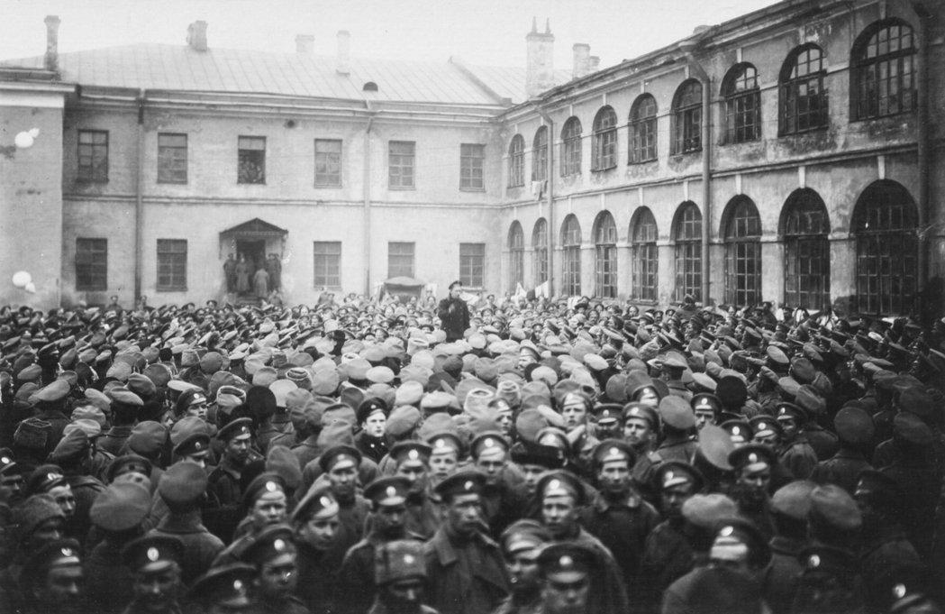 透過以群眾的回憶豐富大歷史敘事,這場偉大的十月革命被寫進各人的生命體驗之中。圖為...
