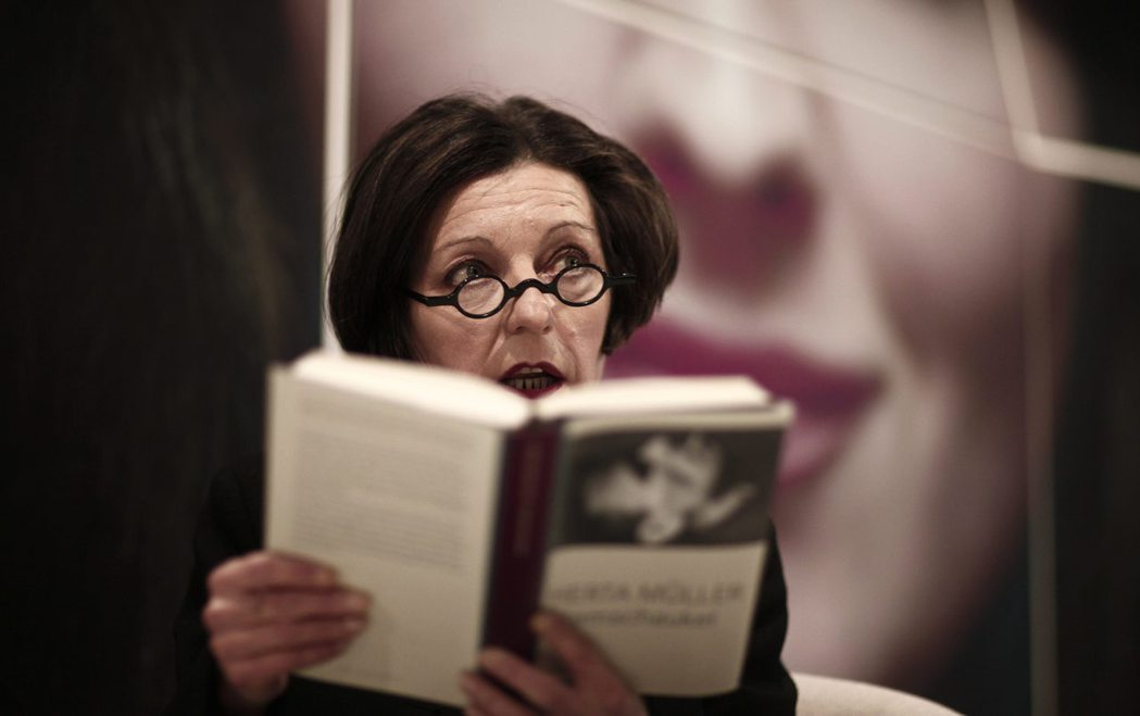 2009年諾貝爾文學獎得主赫塔·米勒在法蘭克福書展上朗誦她的著作《呼吸鞦韆》。 圖/路透社