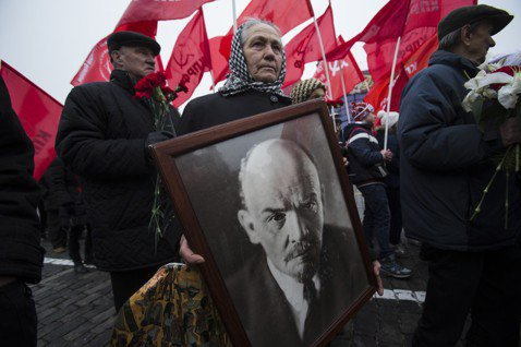 為了使十月革命的神話深植人心,布爾什維克需要一個強大的符號、一起驚天動地的事件。...