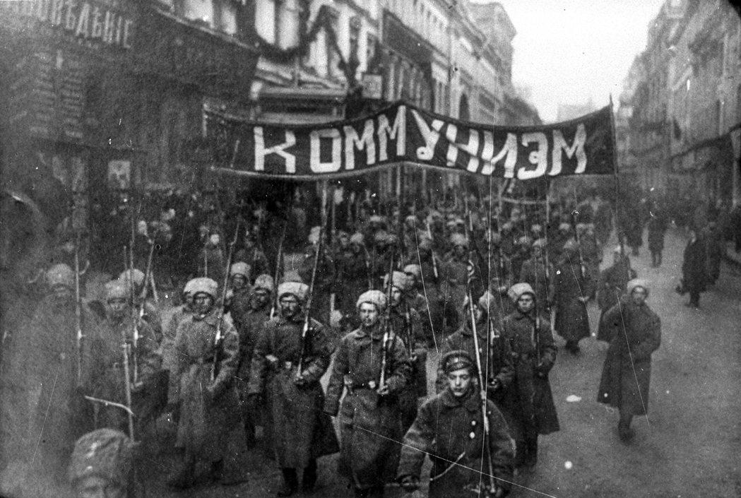 1917年10月26日凌晨,布爾什維克赤衛隊突襲冬宮,強行逮捕臨時政府官員。 圖...