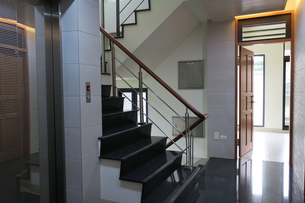 「凹仔綠」新房子獨一無二的門上開天百葉活動窗。 圖片提供/齊步建設