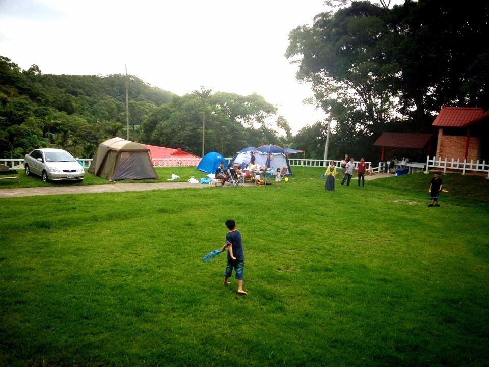 全家一起在大草皮上開心玩耍,享受美好的親子時光。(圖片來源/飛螢農莊FB粉絲團)