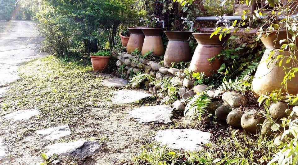 由陶盆和陶甕組合而成的洗手台,造型相當特殊。(圖片來源/樹寄屋籬景觀民宿官網)