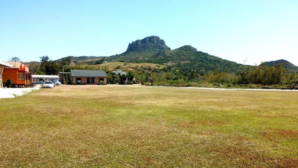 「六福山莊」位於墾丁大尖山下,露營區主要為草皮地形。(圖片來源/六福山莊FB粉絲...