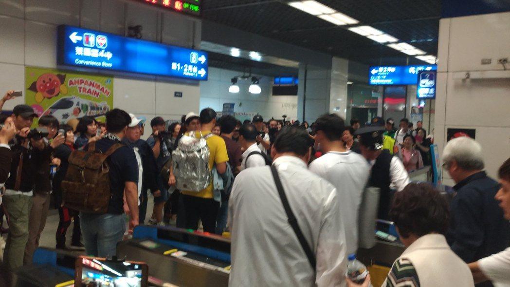 Rain一進車站就被遊客團團包圍。圖/讀者提供