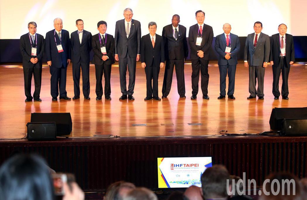 副總統陳建仁(右六)上午出席首度在台北舉行的「國際醫院聯盟第41屆世界醫院大會」...