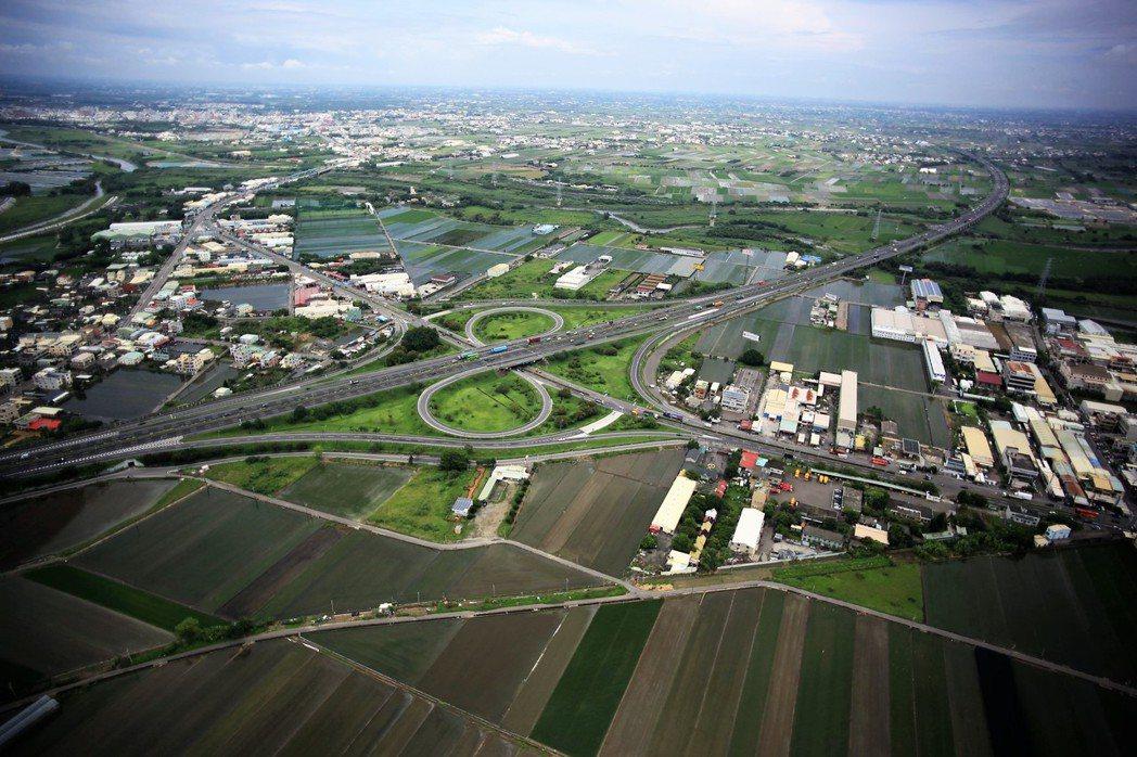 雲林縣長李進勇不滿雲林縣一半土地被劃分為農地,限縮產業發展,就連不利耕作的地層下...