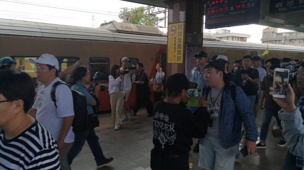 鄭亨敦打頭陣,一行人抵達花蓮火車站。圖/讀者提供