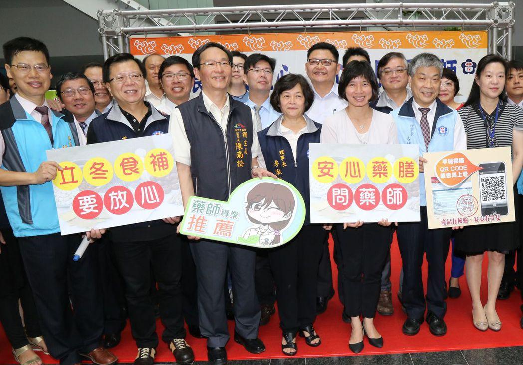 台中市逾百家社區藥局推出中藥用藥諮詢站,由藥師提供服務。記者趙容萱/攝影