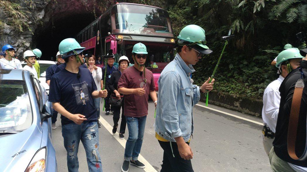 Rain領軍走在隊伍前方,人和遊覽車爭道有些危險。圖/讀者提供