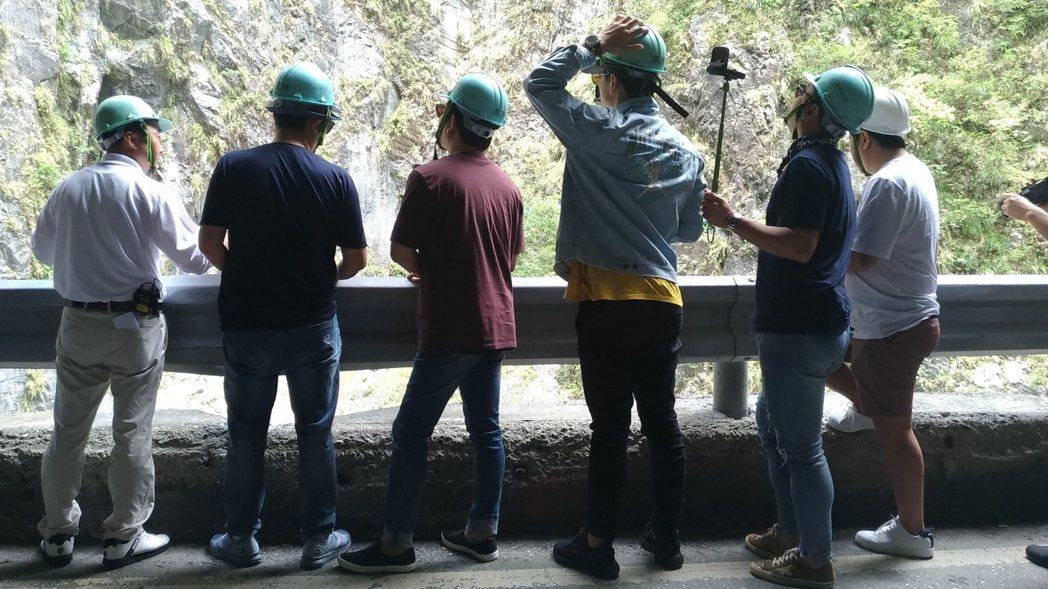 主持班底在導遊解說下欣賞太魯閣風景。圖/讀者提供