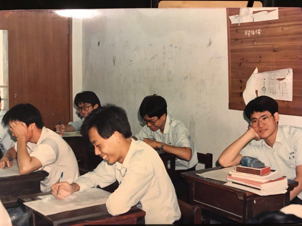 小應應蔚民念師大附中時,高中男生活潑愛鬧,最愛在牆上色情塗鴉。圖/民視提供