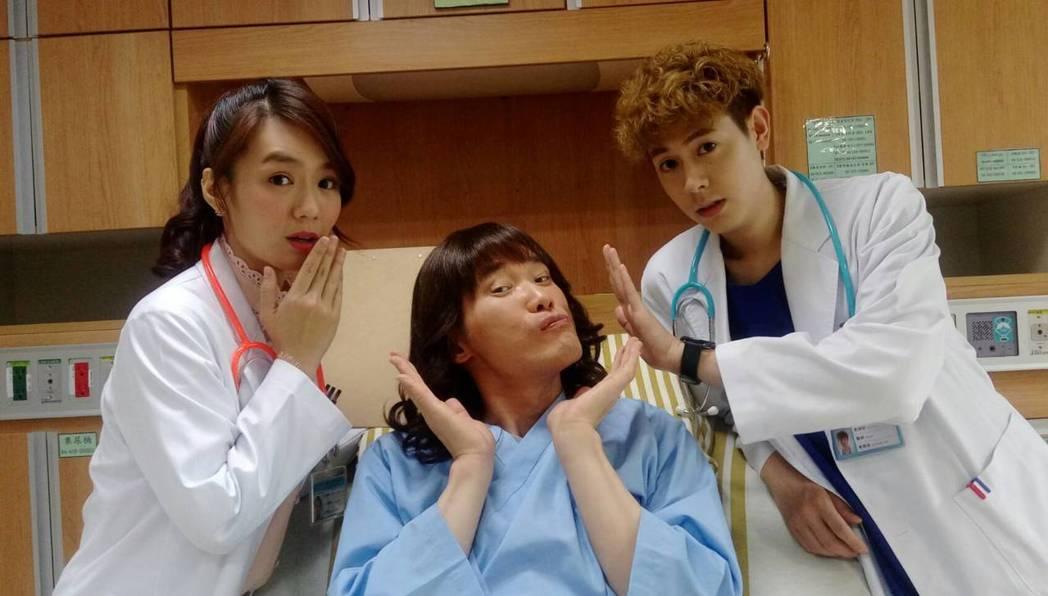 小應(中)演出「實習醫師鬥格」扮女病患。圖/民視提供