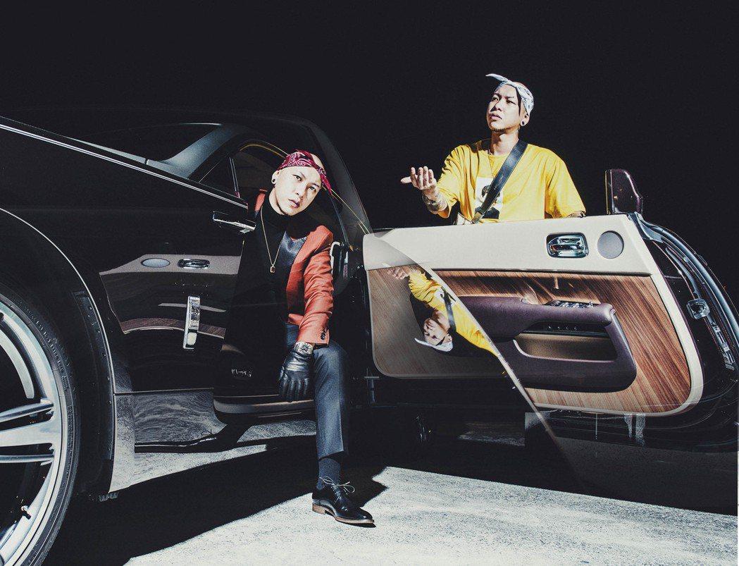 小春坐3000萬勞斯萊斯跑車拍照。圖/本色音樂提供