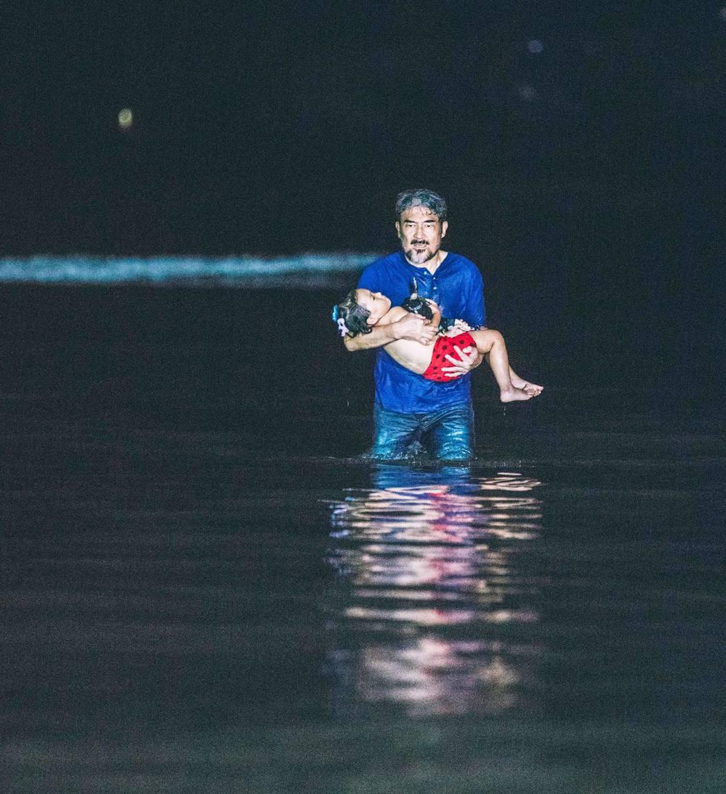 雲中岳跳水拍救孫戲差點溺水。圖/緯來電影台提供